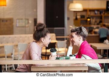 amis, avoir, femme, après, centre commercial, rire, café, achats, sourire, déjeuner