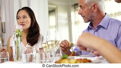 amis, avoir, groupe, dîner, ensemble