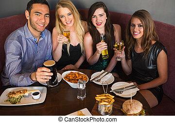 amis, avoir, vue, dîner, élevé, ensemble, angle, heureux