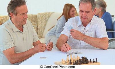 amis, cartes, deux, personnes agées, jouer
