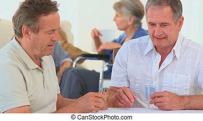 amis, cartes, jeu, deux, personnes agées, entre