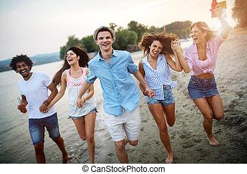 amis, day., amusant, ensoleillé, plage, groupe