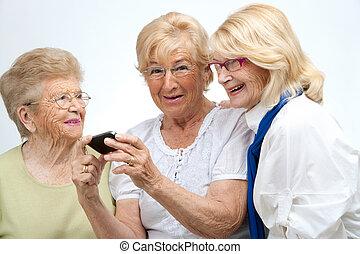 amis, device., mobile, personnes âgées féminines