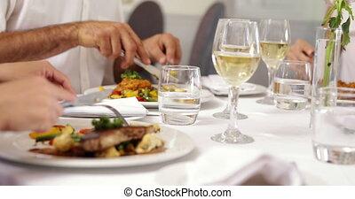amis, ensemble, dîner, manger, groupe