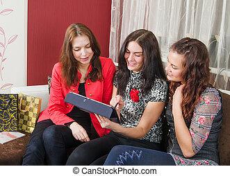 amis, femmes, jeune, trois, bavarder