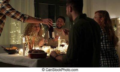 amis, heureux, fête, noël, vin, rouges