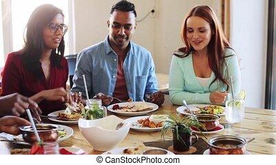 amis, heureux, manger, restaurant