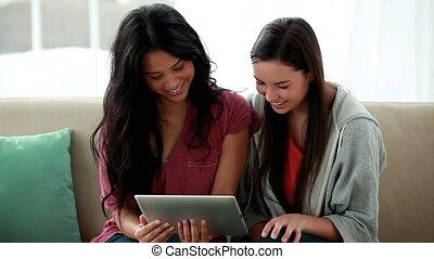 amis, heureux, regarder, tablette, ensemble, informatique