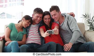 amis, image, eux-mêmes, prendre, heureux