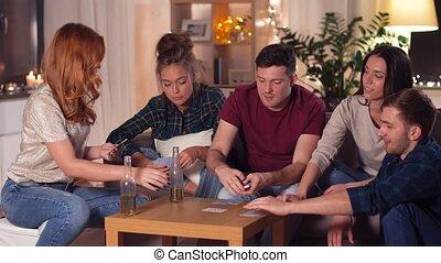 amis, jouer cartes, jeu, chez soi, dans, soir