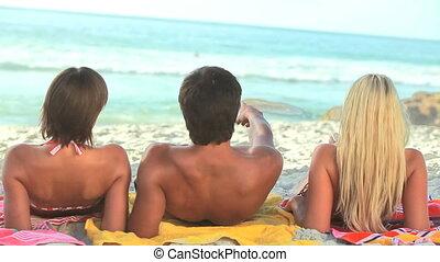 amis, leur, asseoir, trois, serviettes, sable