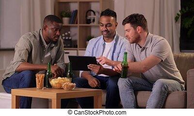amis, mâle, maison, bière, tablette, boire, pc