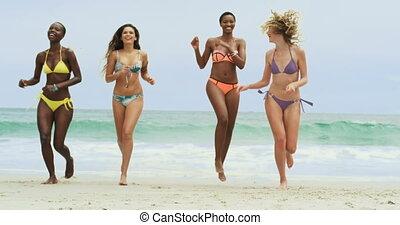 amis, mélangé-race, vue, femme, plage, courant, devant, 4k