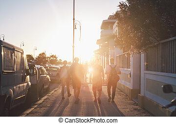 amis, marche, par, les, rue, dans, coucher soleil