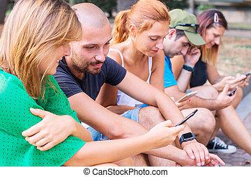 amis, mobile, regarder, intelligent, téléphone, groupe