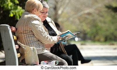 amis, personne agee, parc, femme