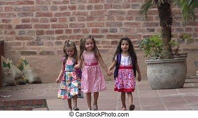 amis, petites filles, marche