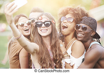 amis, prendre, groupe, selfie