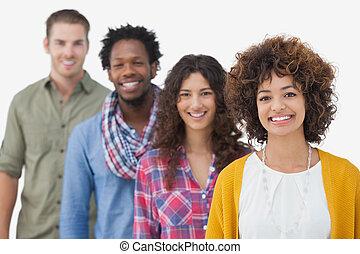 amis, quatre, élégant, sourire, appareil photo