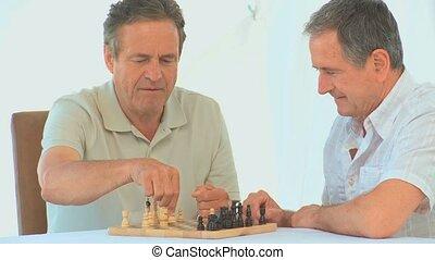 amis, retiré, jouant échecs