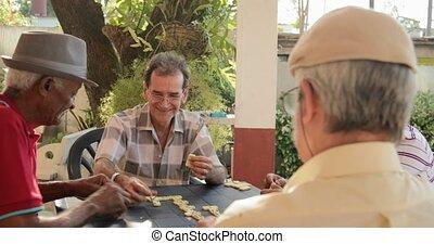 amis rire, après, enjôleur, jeu, de, domino, chez soi