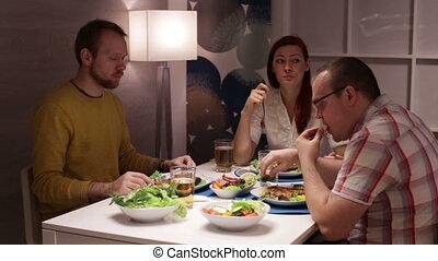 amis, séance, table, autour de, groupe, maison