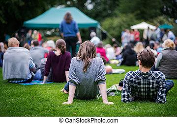 amis, s'asseoir herbe, apprécier, une, dehors, musique,...