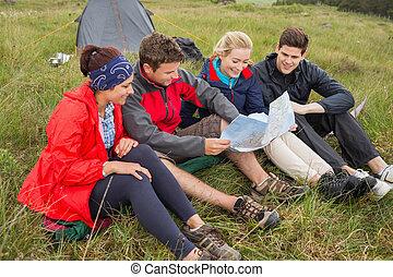 amis, voyage, camping, bas, regarder, carte, séance