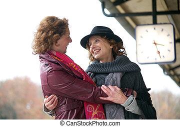 amistoso, abrazo, en, estación de tren