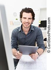amistoso, hombre de negocios, teniendo tableta, computadora