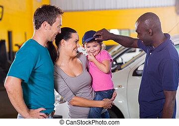 amistoso, mecánico auto, juego, con, niña