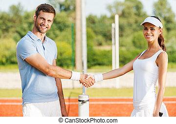 amizade, wins., dois, confiante, jogadores tênis, apertar mão, e, sorrindo, enquanto, ficar, perto, a, rede tênis