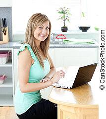 ammirato, biondo, donna, usando, lei, laptop, sorridente, a,...