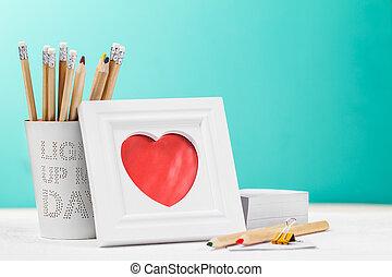 amor, concepto, con, marco de la foto, lápices, y, rojo, heart., horizontal, con, copia, space.