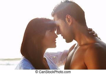 amor, embracing pares, backlit, retrato, apaixonado, entre, beijando