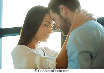 amor, es, en, el, aire., hermoso, joven, par cariñoso, vinculación, a, uno al otro, mientras, mujer, se abrazar, ella, novio