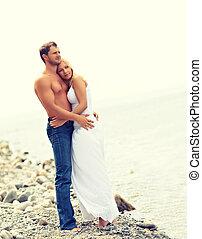 amor, familia , pareja hugging, reír, playa, feliz