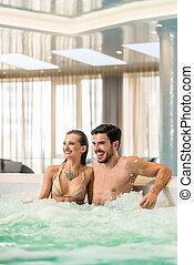 amor, relaxante, par, hotel, jovem, jacuzzi, luxo, spa, ou, feliz