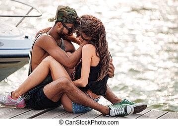 amor, sentando, madeira, par beija, cais