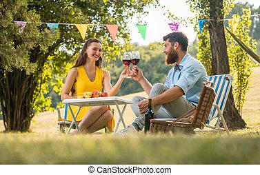 amor, seu, par celebrando, enquanto, vinho, brindar, vermelho, feliz