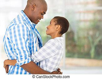 amoroso, africano, pareja hugging
