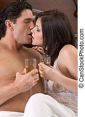 amoroso, joven, sensual, pareja, con, champaña, en cama
