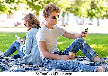amour été, school., blanket., thé, mains, repos, asseoir, nature., jeune, apprécie, il, couple, après, téléphone., ils, relaxation, coffee., garçon, regard, girl., ou, lunettes