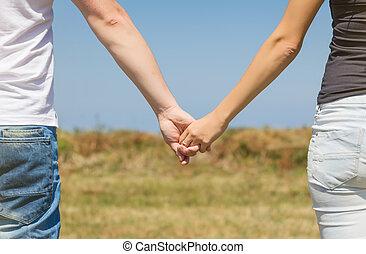 amour, accouplez dehors, haut, tenant mains, fin