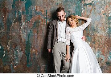 amour, classique, habillé, couple, jeune, studio, portrait, poser, vêtements