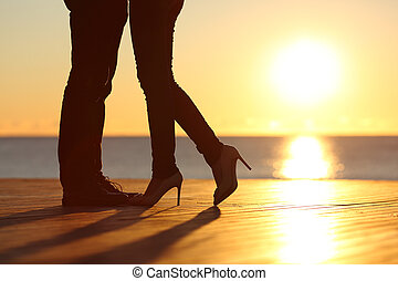 amour, couple étreindre, coucher soleil, tomber, jambes