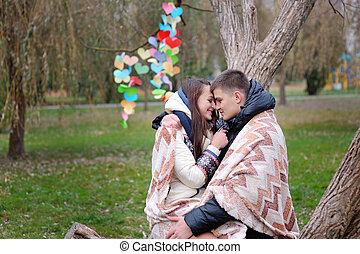 amour, couple, chauffé, parc, automne, sous, couverture