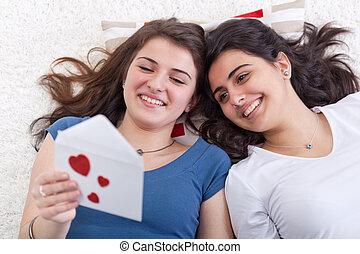 amour, filles, ensemble, lettre, amusement, lecture, avoir
