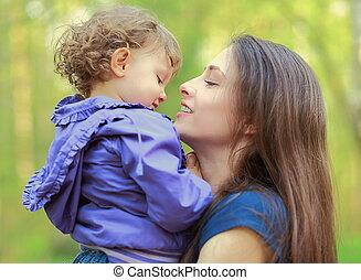 amour, fond, mère, enfant, regarder, tenue, dehors, fille souriante, heureux