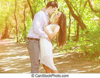 amour, joli, couple, ados, jeune, baiser, dehors